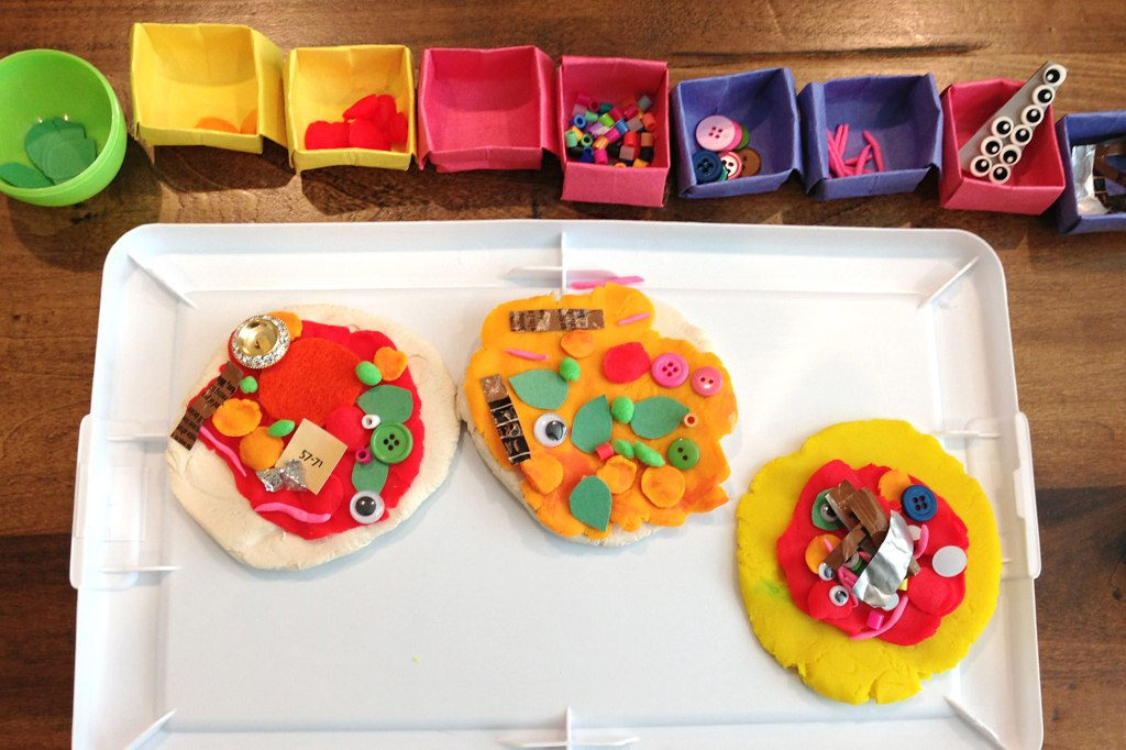 Play doh pizza with many toppings